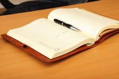 Organizzatore e penna personali sulla tabella Fotografie Stock Libere da Diritti