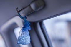 Organizzatore per l'automobile come regalo all'automobilista per un aroma piacevole nella cabina fotografia stock libera da diritti