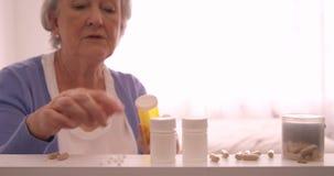 Organizzazione senior della donna pillole stock footage