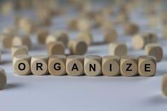 Organizzi - il cubo con le lettere, segno con i cubi di legno fotografie stock libere da diritti