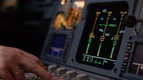 Organo di comando di pilota automatico di un aereo di linea Pannello dei commutatori su una piattaforma di volo degli aerei Leve  Immagini Stock