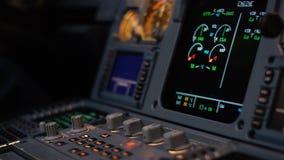 Organo di comando di pilota automatico di un aereo di linea Pannello dei commutatori su una piattaforma di volo degli aerei Leve  Fotografie Stock Libere da Diritti