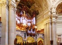 Organo ed interno a Berlin Cathedral fotografia stock