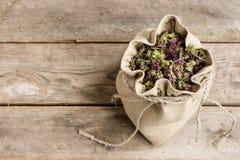 Oréganos secados em um saco de linho Foto de Stock Royalty Free
