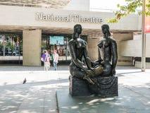 ORGULHO de LONDRES da escultura de Frank Dobson na frente do teatro nacional Imagem de Stock Royalty Free