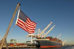 Orgullo de la industria de la economía de los símbolos de portacontenedores del puerto de los E.E.U.U. de la bandera americana Imágenes de archivo libres de regalías