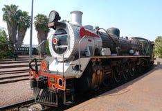Orgullo del tren de África alrededor a salir de la estación capital del parque en Pretoria, Suráfrica Foto de archivo libre de regalías