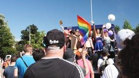 Orgullo gay en la cámara lenta que baila al grupo de la gente de LGBT metrajes