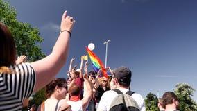 Orgullo gay en la cámara lenta que baila al homosexual de la gente de LGBT almacen de metraje de vídeo
