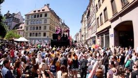 Orgullo gay en la cámara lenta que baila la calle del francés de la gente de LGBT metrajes
