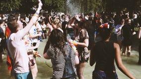 Orgullo gay en la cámara lenta que baila la fuente de agua de la gente de LGBT almacen de metraje de vídeo