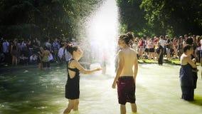 Orgullo gay en la cámara lenta que baila la fuente de agua de la gente de LGBT almacen de video