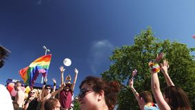 Orgullo gay en la cámara lenta que baila a gente de LGBT almacen de video