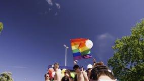 Orgullo gay en la cámara lenta que baila a gente de LGBT metrajes