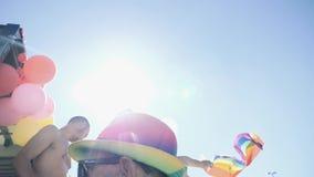 Orgullo gay en la cámara lenta que baila a gente de LGBT almacen de metraje de vídeo