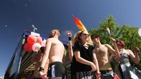 Orgullo gay en la cámara lenta que baila a gente de LGBT en el camión almacen de metraje de vídeo