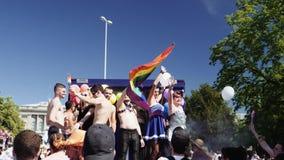 Orgullo gay en la cámara lenta que baila a la gente Estrasburgo Francia de LGBT almacen de metraje de vídeo