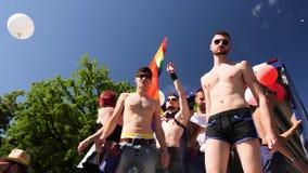 Orgullo gay en la cámara lenta que baila lapso de tiempo de la gente de LGBT almacen de video