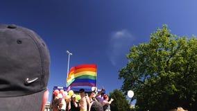 Orgullo gay en la cámara lenta que baila noticias de la gente de LGBT almacen de metraje de vídeo