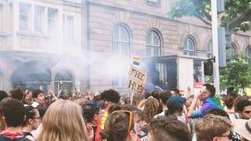 Orgullo gay feliz de la muchedumbre de LGBT que celebra la ciudad central de baile metrajes