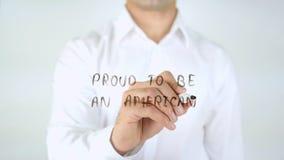 Orgulloso ser un americano, escritura del hombre sobre el vidrio imagen de archivo