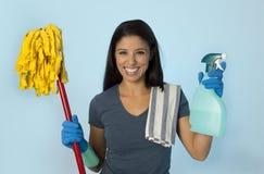 Orgullosos felices de la mujer hispánica atractiva como a casa o la limpieza y la economía doméstica de la criada del hotel que s imagen de archivo
