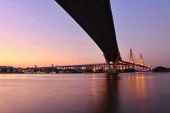 Oriëntatiepunt, Landschap, Ove Bhumibol Bridge On de banken van Chao Phraya River bij schemering in Thailand stock foto