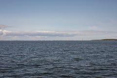 Oriëntatiepunt, oranjerode kleurenwaaier, windmolens in Almere Pampus, 10 windturbines in een cluster royalty-vrije stock fotografie