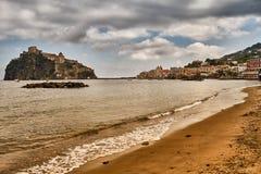 Oriëntatiepunt van Aragonese-Kasteel op Ischia eiland, Napels Italië stock foto's