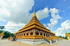 Oriëntatiepunt van de tempel het gouden Stupa Khonkaen van Thailand Bhudda, Tempelzonsondergang in Khon Kaen stock afbeelding