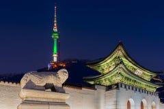 Oriëntatiepunt van Korea met de behandelde Toren van Gyeongbokgung n Seoel, Sou royalty-vrije stock afbeeldingen