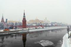 Oriëntatiepunt van Moskou het Kremlin die, cityscape de rivier overzien royalty-vrije stock foto's