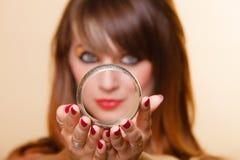 Oriënteer meisje die met make-up armband tonen Stock Afbeeldingen