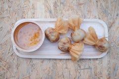 Oriental зажарил wonton заполненный с креветками и овощи служили w Стоковое Фото
