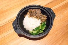 Oriental a braisé le boeuf avec du riz blanc et le légume en mini fer photo libre de droits