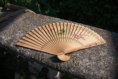 Oriental a découpé la fan en bois de main photos stock