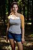 Oriental - fille européenne dans un domaine près de la forêt Image libre de droits