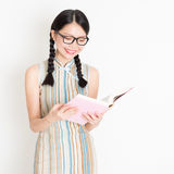 Oriental girl reading book Royalty Free Stock Photography