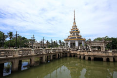 Oriental pagoda on the pond at Chalerm Prakiat par Royalty Free Stock Image