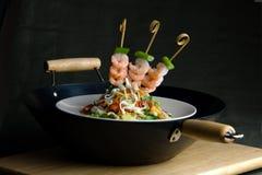 Oriental remuer-faites frire avec des crevettes roses et des nouilles Image libre de droits