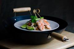 Oriental remuer-faites frire avec des crevettes roses et des nouilles Photos libres de droits