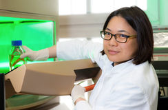 Oriental scientist works in the lab Royalty Free Stock Photos