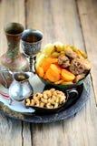 Orientalische Bonbonrosinen, getrocknete Aprikosen, Feigen und Acajounüsse Stockfotos