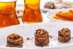 Orientalische Bonbons trockneten Melone mit Walnüssen, getrockneten Aprikosen und Tee in den Glasgläsern Lizenzfreie Stockbilder
