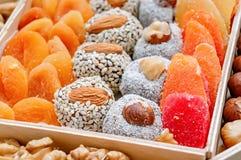 Orientalische Bonbontrockenfrüchte und -nüsse der türkischen Freude in einer Holzkiste Hintergrund Gesundes Lebensmittel des stre stockfoto