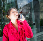 Orientalische Dame, die Telefon verwendet stockfoto