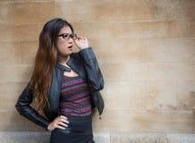 Orientalische Dame mit den Gläsern, die in der Stadt durchdacht schauen Lizenzfreie Stockbilder