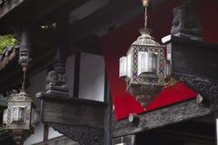 Orientalische Entwurf Laterne vor einem traditionellen Chinesen Buildi lizenzfreie stockfotografie