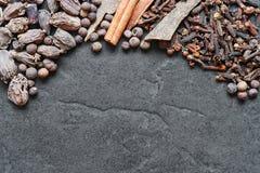 Orientalische Gewürze auf dem Steinhintergrund Lizenzfreies Stockbild