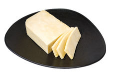 Orientalische Küche, paneer indischer weißer ungesalzener Käse auf dem dunklen keramischen Teller, lokalisiert auf weißem whithou stockbild